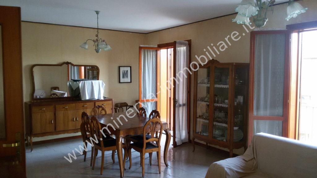 Appartamento quattro vani con garage e terrazzo Carlentini, via Etnea